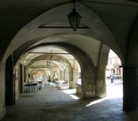 sotto i portici medievali del Piazzo